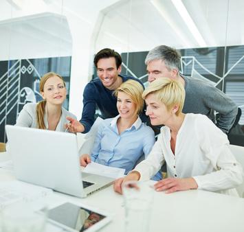 grupa przy laptopie