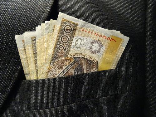 Banknoty 200 zł w kieszeni marynarki