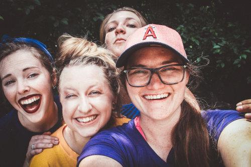 Uśmiechnięte kobiety robią sobie selfie